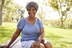 Plenerowy Kierowniczy I ramiona portret Starszy kobiety obsiadanie W parku obraz stock