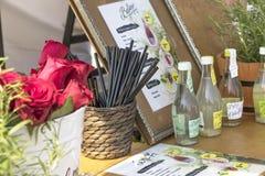 Plenerowy kram z lemoniad szklanymi butelkami i pić słoma Fotografia Stock