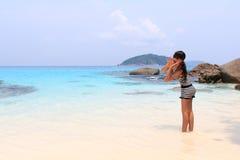 Plenerowy lato Azjatycka młoda ładna kobieta krzyczy ocean przy tropikalną plażą Obraz Stock