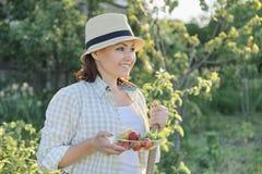 Plenerowy lato portret dojrzała pozytywna kobieta w słomianym kapeluszu na naturze zdjęcia royalty free