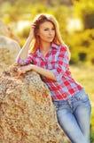 Plenerowy lato portret potomstwo blondynki dosyć śliczna dziewczyna Piękna kobieta pozuje w wiośnie Zdjęcie Royalty Free