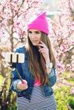 Plenerowy lato stylu życia portret ładna młoda kobieta ma zabawę w mieście Fotografia Royalty Free