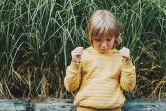 Plenerowy moda portret śliczna chłopiec Fotografia Royalty Free