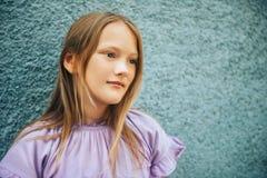 Plenerowy moda portret śmieszna preteen dziewczyna zdjęcie stock