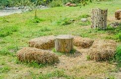 Plenerowy obóz z drewnianymi beli słomy i stołu krzesłami Zdjęcia Royalty Free