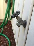Plenerowy Ogrodowy Faucet z zielonym wężem elastycznym Fotografia Royalty Free