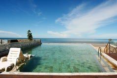 Plenerowy pływacki basen i wy możemy widzieć morze Obraz Royalty Free