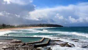 Plenerowy pływacki basen przy kędzioru kędzioru plażą Obrazy Royalty Free
