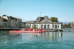 Plenerowy pływacki basen przy maszyna mostem w Geneve Fotografia Royalty Free
