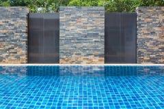 Plenerowy pływackiego basenu ściany tło obrazy stock