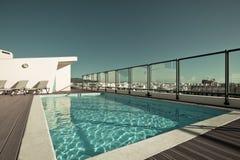 Plenerowy pływacki basen przy Domowym dachem Fotografia Royalty Free