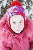 Plenerowy portret ładna dziewczyna w zima parku troszkę zdjęcia stock