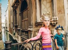 Plenerowy portret śliczna chłopiec i dziewczyna jest ubranym venetian maski Zdjęcie Royalty Free