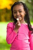 Plenerowy portret śliczna młoda czarna dziewczyna - Afrykańscy ludzie Fotografia Royalty Free