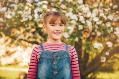 Plenerowy portret śmieszna 9-10 roczniaka dziewczyna zdjęcie stock