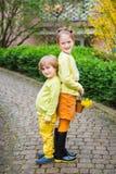 Plenerowy portret dwa uroczego dzieciaka Zdjęcie Stock