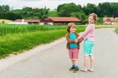 Plenerowy portret dwa uroczego dzieciaka Obraz Stock
