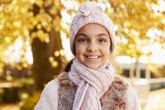 Plenerowy portret Jest ubranym kapelusz I szalika W jesieni dziewczyna Zdjęcia Stock