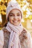 Plenerowy portret Jest ubranym kapelusz I szalika W jesieni dziewczyna Fotografia Stock