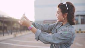 Plenerowy portret młoda atrakcyjna kobieta w eleganckim stroju robi selfie Strzelać na telefon kamerze zbiory
