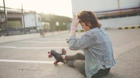 Plenerowy portret młoda atrakcyjna kobieta w eleganckim stroju robi selfie Strzelać na telefon kamerze zdjęcie wideo
