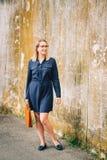 Plenerowy portret młoda biznesowej kobiety mienia brązu skóry teczka zdjęcia royalty free