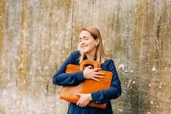 Plenerowy portret młoda biznesowej kobiety mienia brązu skóry teczka fotografia stock