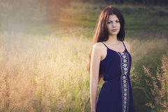 Plenerowy portret młoda kobieta na polu Zdjęcia Stock