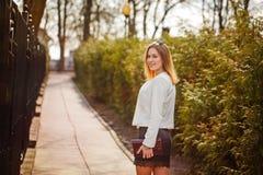 Plenerowy portret młoda piękna kobieta pozuje na ulicie W słonecznym dniu Żeńska moda tła piękna miasta styl życia miastowi kobie obraz royalty free