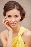 Plenerowy portret młoda piękna kobieta w kolor żółty sukni Obraz Royalty Free