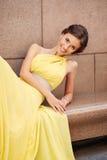 Plenerowy portret młoda piękna kobieta w kolor żółty sukni Zdjęcie Royalty Free