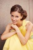 Plenerowy portret młoda piękna kobieta w kolor żółty sukni Fotografia Stock