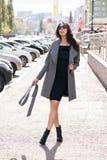 Plenerowy portret młoda piękna modna kobieta, outdoors Model ubierał w eleganckim szarość żakiecie, okulary przeciwsłoneczni prze Obraz Stock