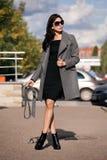Plenerowy portret młoda piękna modna kobieta, outdoors Model ubierał w eleganckim szarość żakiecie, okulary przeciwsłoneczni prze Zdjęcie Stock