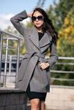 Plenerowy portret młoda piękna modna kobieta, outdoors Model ubierał w eleganckim szarość żakiecie, okulary przeciwsłoneczni prze Fotografia Stock