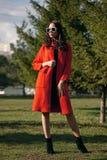 Plenerowy portret młoda piękna modna kobieta, outdoors Model, ubierający w eleganckim pomarańczowym żakiecie, okulary przeciwsłon Fotografia Stock