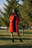 Plenerowy portret młoda piękna modna kobieta, outdoors Model, ubierający w eleganckim pomarańczowym żakiecie, okulary przeciwsłon Obraz Stock