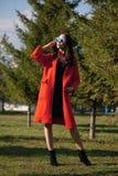 Plenerowy portret młoda piękna modna kobieta, outdoors Model, ubierający w eleganckim pomarańczowym żakiecie, okulary przeciwsłon Zdjęcia Stock