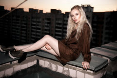 Plenerowy portret młoda piękna szczęśliwa blond europejska dama pozuje na ulicie Wzorcowy być ubranym elegancki odziewa Żeńska mo Obrazy Royalty Free