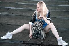 Plenerowy portret młoda piękna szczęśliwa blond europejska dama pozuje na ulicie Wzorcowy być ubranym elegancki odziewa Żeńska mo Zdjęcia Royalty Free