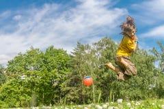 Plenerowy portret młoda szczęśliwa chłopiec bawić się piłka na naturalnym zdjęcie royalty free