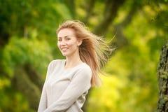 Plenerowy portret młoda szczęśliwa uśmiechnięta kobieta obrazy stock