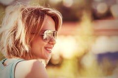 Plenerowy portret młoda uśmiechnięta okulary przeciwsłoneczni kobieta zdjęcia stock