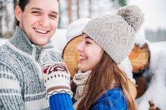 Plenerowy portret młoda zmysłowa para w zimnym zimy wather Miłość i buziak obrazy royalty free