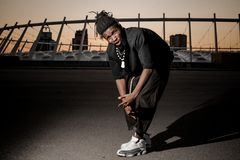 Plenerowy portret młody afro amerykański facet w przyrodnim kucnięciu Zdjęcia Stock
