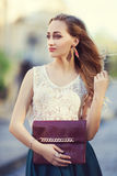Plenerowy portret młody piękny modny damy odprowadzenie pozuje na ulicie Wzorcowy być ubranym elegancki odziewa dziewczyna zdjęcie stock