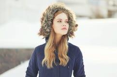 Plenerowy portret modniś elegancka dziewczyna obrazy stock