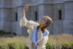 Plenerowy portret piękna blondynki dziewczyna bierze selfie zdjęcie royalty free