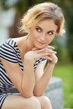 Plenerowy portret piękna blondynki młoda kobieta Obrazy Royalty Free