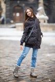 Plenerowy portret piękna szczęśliwa uśmiechnięta młoda kobieta pozuje na ulicie obrazy royalty free